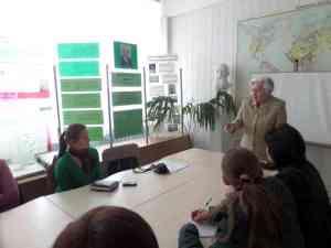 Бондар Г. О. розповідає учасникам семінару про процеси грунтоутворення